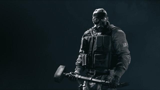 """Sledge e seu """"martelão"""" é um dos dez operadores de Rainbow Six Siege"""