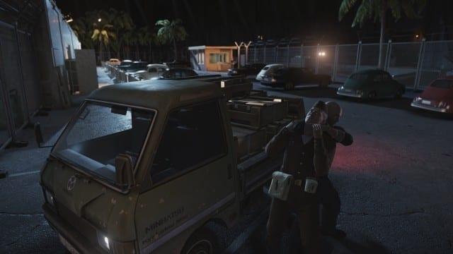 Agente 47 nocauteia um guarda soviético no beta de Hitman