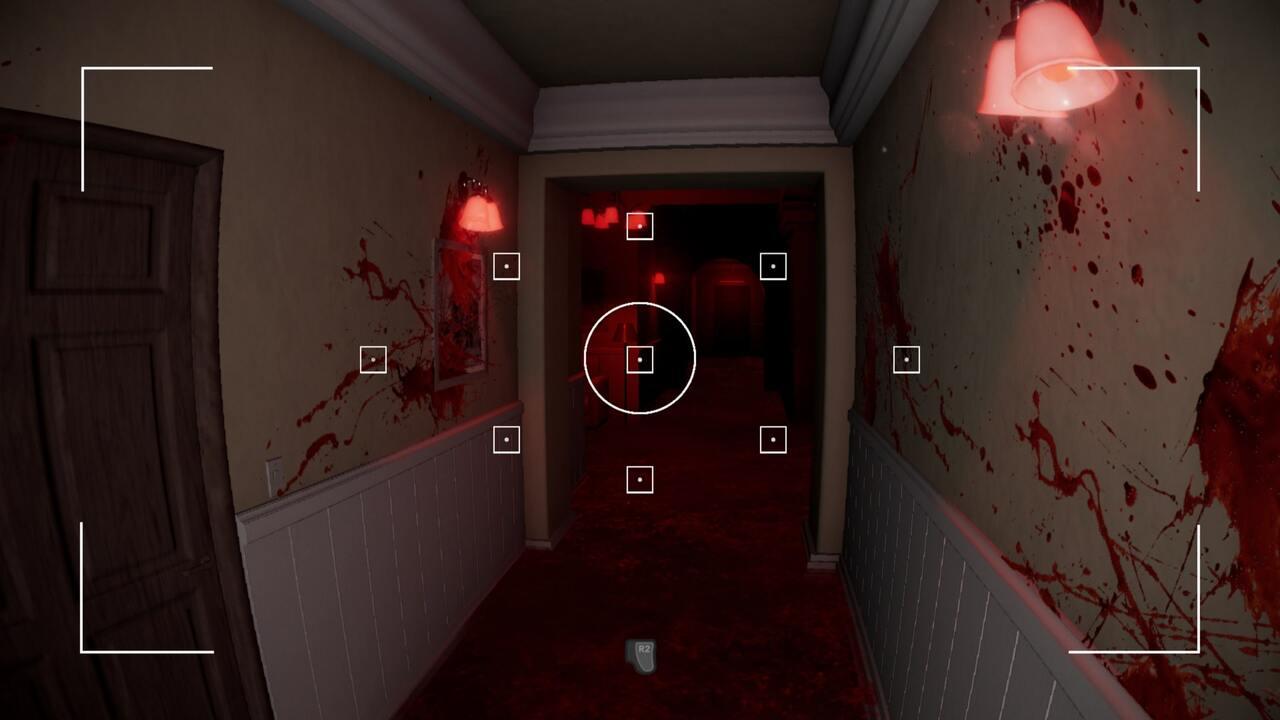 Através da câmera fotográfica, é possível revelar pistas na parede da casa em Evil Inside.